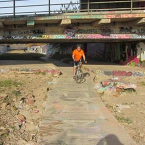 El carril bici desde Viladecans a la playa. Paseo ameno o andanza arriesgada.